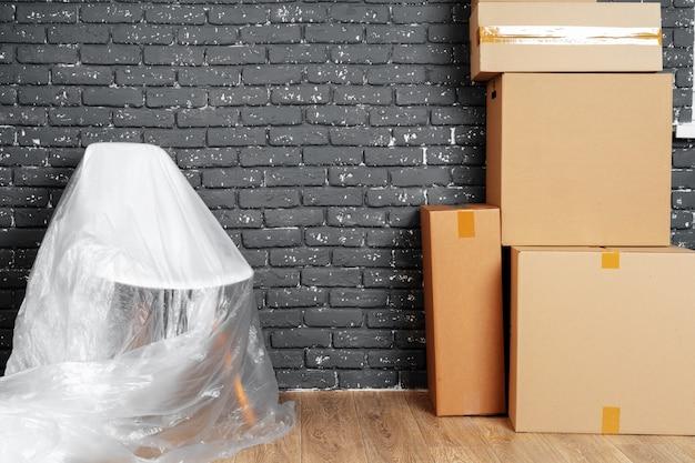 Entrar o salir del concepto. pila de cajas y muebles embalados.
