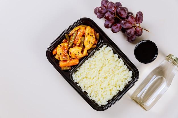 Entrega de alimentos saludables o comida para llevar en contenedor