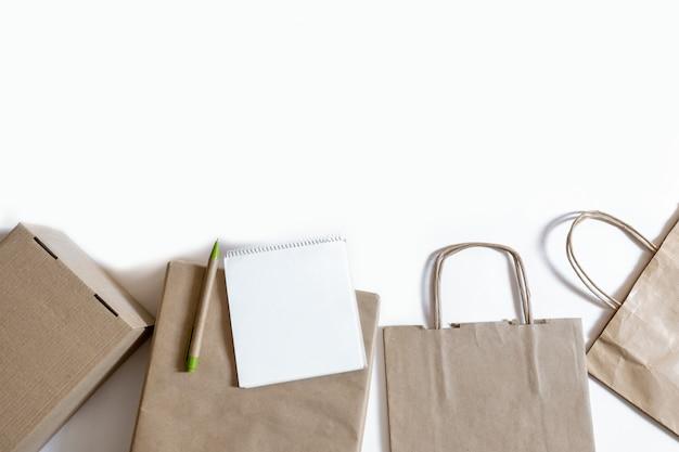 Entrega bolsa de embalaje caja artesanal paquete papel fondo blanco mercado