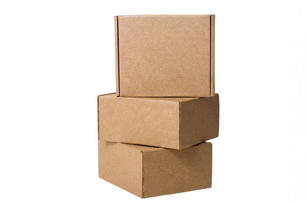 Entrega. cajas de cartón auto-recolectadas aisladas en blanco.