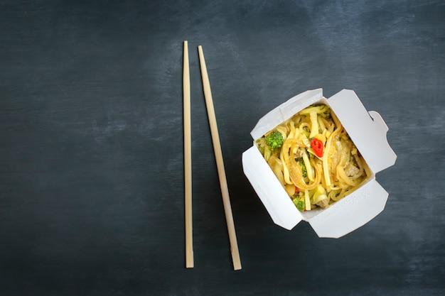 Entrega de comida caliente en cajas especiales.