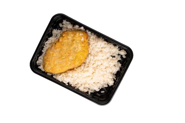 Entrega de comida de chuleta de arroz y pollo recipiente de plástico aislado sobre fondo blanco.