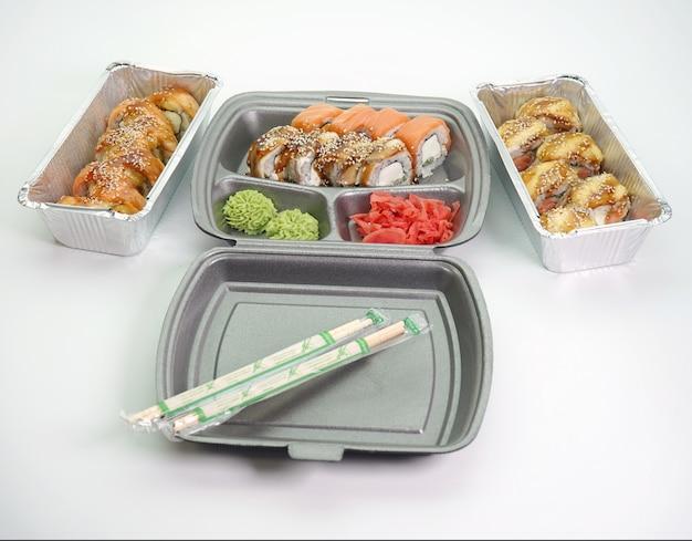 Entrega de comida en la entrega a domicilio de rollos de sushi, cocina japonesa