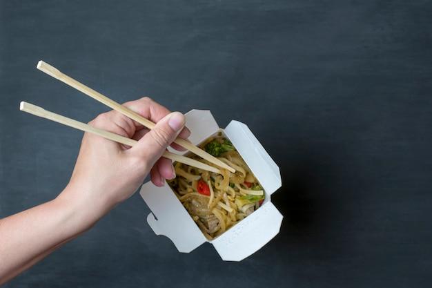 Entrega de comida japonesa en la caja