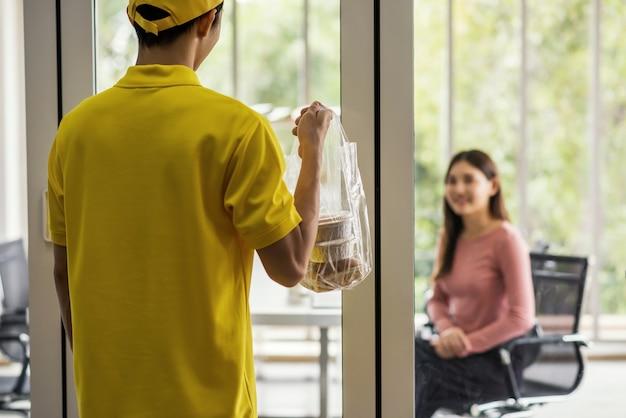 Entrega de comida a mujer de oficina