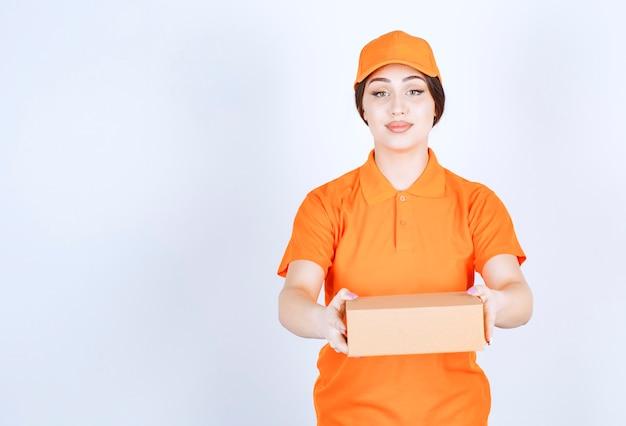 La entrega está lista. mujer joven en unishape listo para la entrega