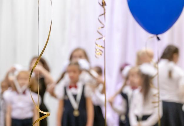 La entrega de medallas en la vista del festival desde la sala se centra en globos de helio