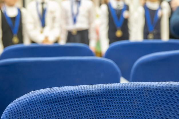 La entrega de medallas en la vista del festival desde el salón se centra en las sillas