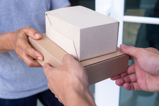 Entregue paquetes a los destinatarios rápidamente, productos completos, servicios impresionantes.