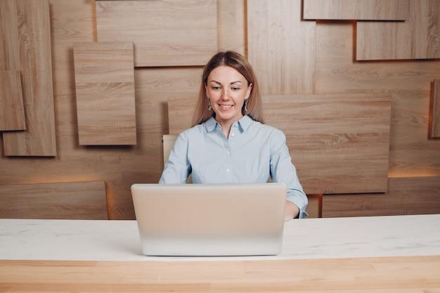 Entrenador adulto joven de la mujer de negocios en la oficina.