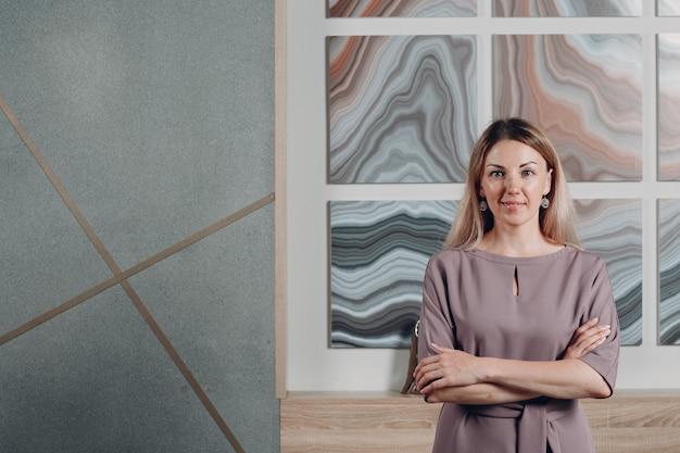 Entrenador adulto joven de mujer de negocios en retrato de oficina