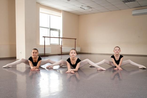 Entrenador de baile, niños, estiramientos, coreografía