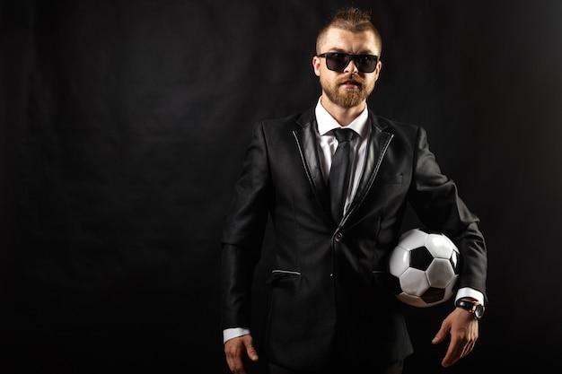 Entrenador deportivo de fútbol en traje de negocios