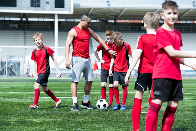 Entrenador enseñanza equipo de fútbol