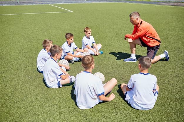 Entrenador enseñanza junior equipo de fútbol