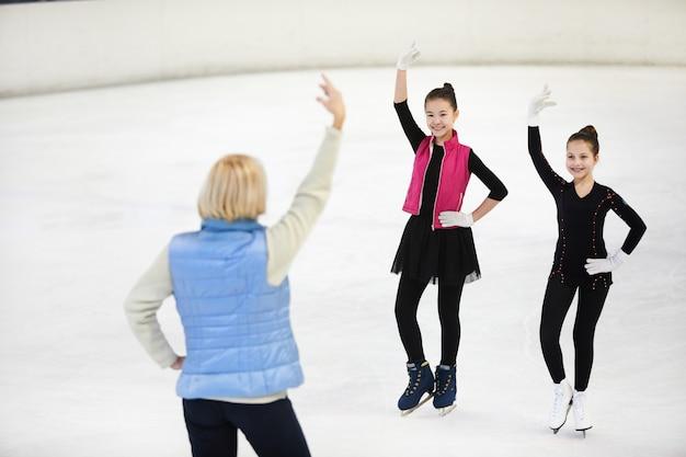 Entrenador femenino patinadores artísticos