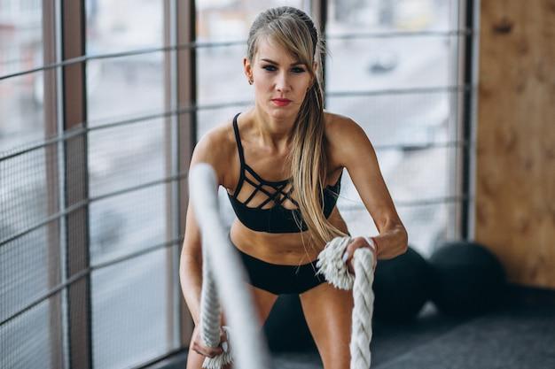 Entrenador de fitness femenino en el gimnasio