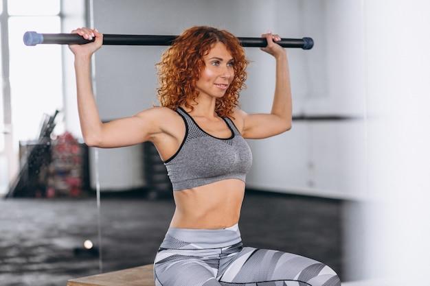 Entrenador de fitness de mujer en el gimnasio