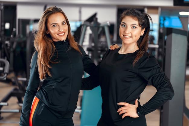Entrenador de fitness mujer y su cliente en un gimnasio