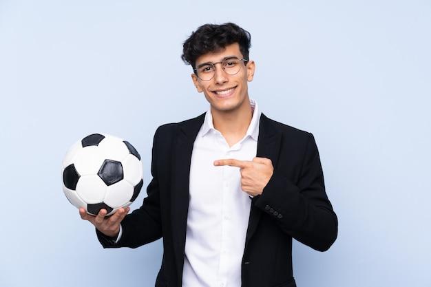 Entrenador de fútbol argentino y apuntándolo