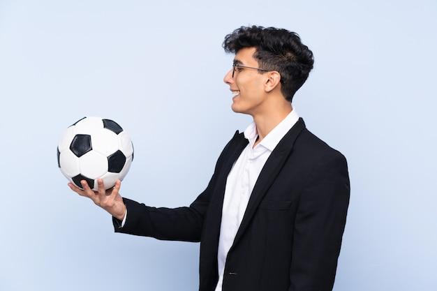 Entrenador de fútbol argentino con expresión feliz