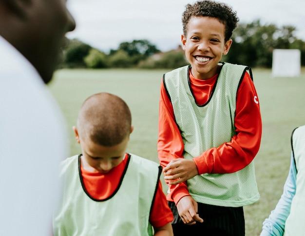 Entrenador de fútbol entrenando a sus alumnos.