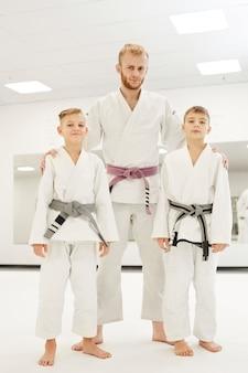 Entrenador y jóvenes judoistas