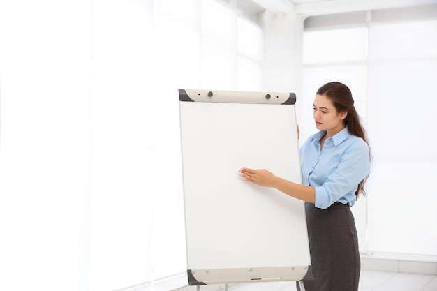 Entrenador de negocios dando presentación en pizarra