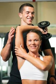 Entrenador personal en gimnasio
