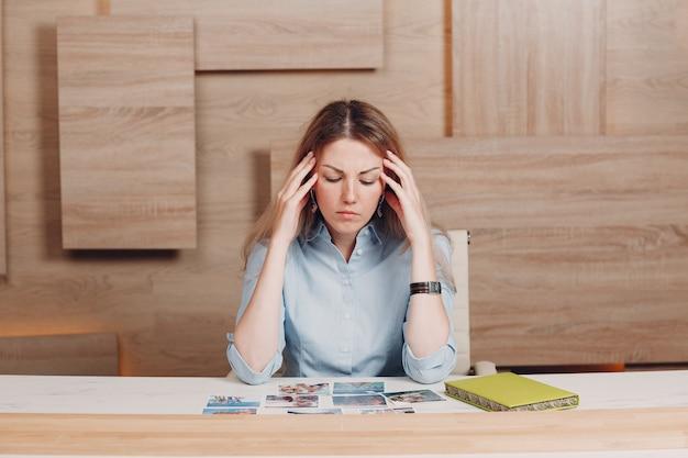 Entrenadora de mujer entrenando con tarjetas oh en psicología de entrenamiento en interiores.