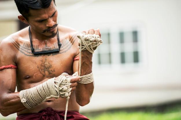 Entrenamiento atleta muay thai en el boxeo tailandés en el interior último concepto de lucha