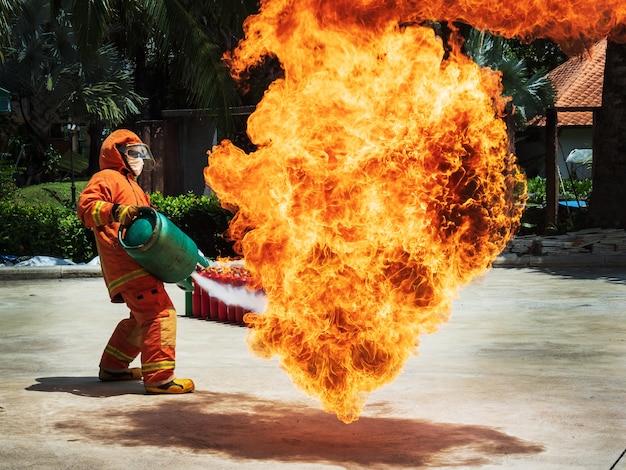 Entrenamiento básico de bomberos y evacuación de incendios