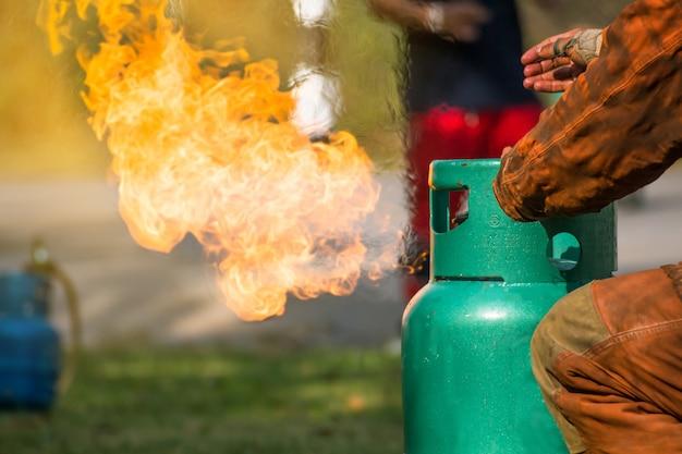 Entrenamiento de bomberos, los empleados entrenamiento anual lucha contra incendios con gas y llama