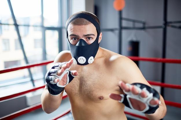 Entrenamiento de boxeador en máscara de resistencia
