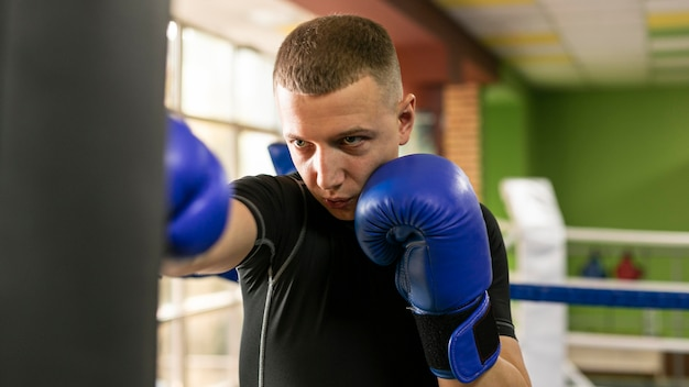 Entrenamiento de boxeador masculino con guantes