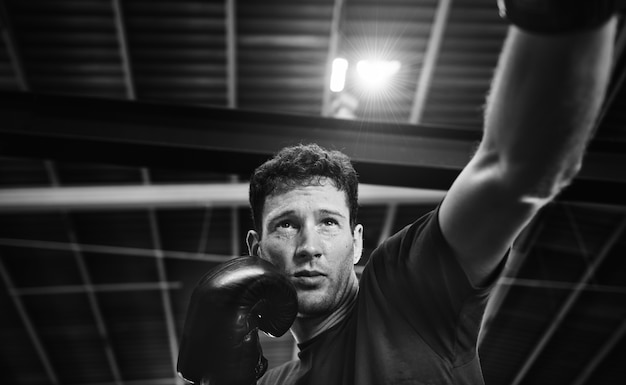 Entrenamiento del boxeador de muay thai en el gimnasio