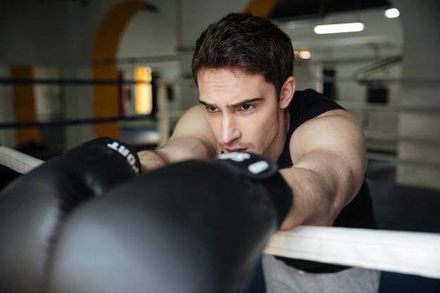 Entrenamiento de boxeador en un ring de boxeo. mirando a un lado