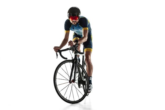 Entrenamiento de ciclo de atleta masculino de triatlón aislado en blanco