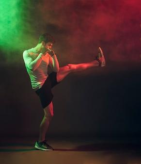 Entrenamiento confiado de kickboxer en estudio