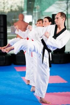 Entrenamiento deportivo de artes marciales en el gimnasio