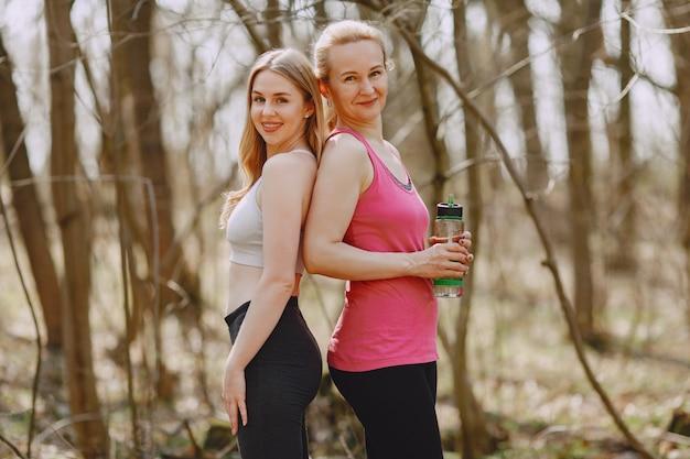 Entrenamiento deportivo familiar en un bosque de verano