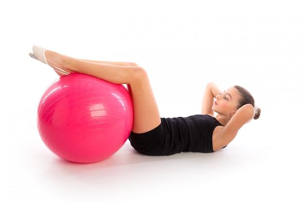 Entrenamiento del ejercicio de la muchacha del niño de la bola del fitball de la aptitud suizo