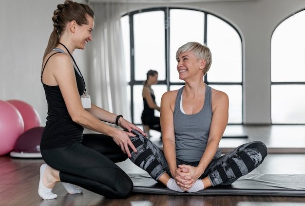 Entrenamiento con entrenador personal y sonrisas de clientes