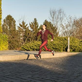 Entrenamiento femenino joven activo al aire libre