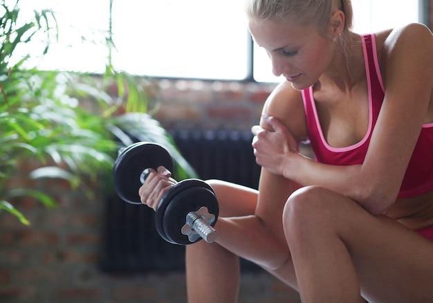 Entrenamiento fitness mujer con pesas