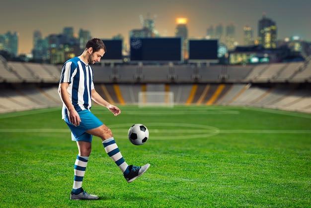Entrenamiento de jugador de fútbol en el campo de fútbol.