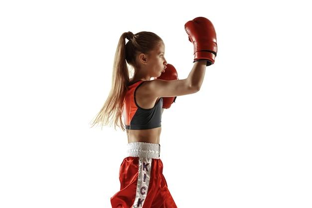 Entrenamiento de luchador de kickboxing femenino joven aislado sobre fondo blanco.
