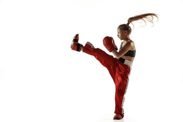 Entrenamiento de luchador de kickboxing femenino joven en blanco