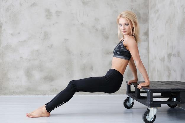 Entrenamiento de mujer atleta musculoso
