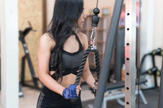 Entrenamiento de la mujer joven en estilo de vida saludable gimnasio
